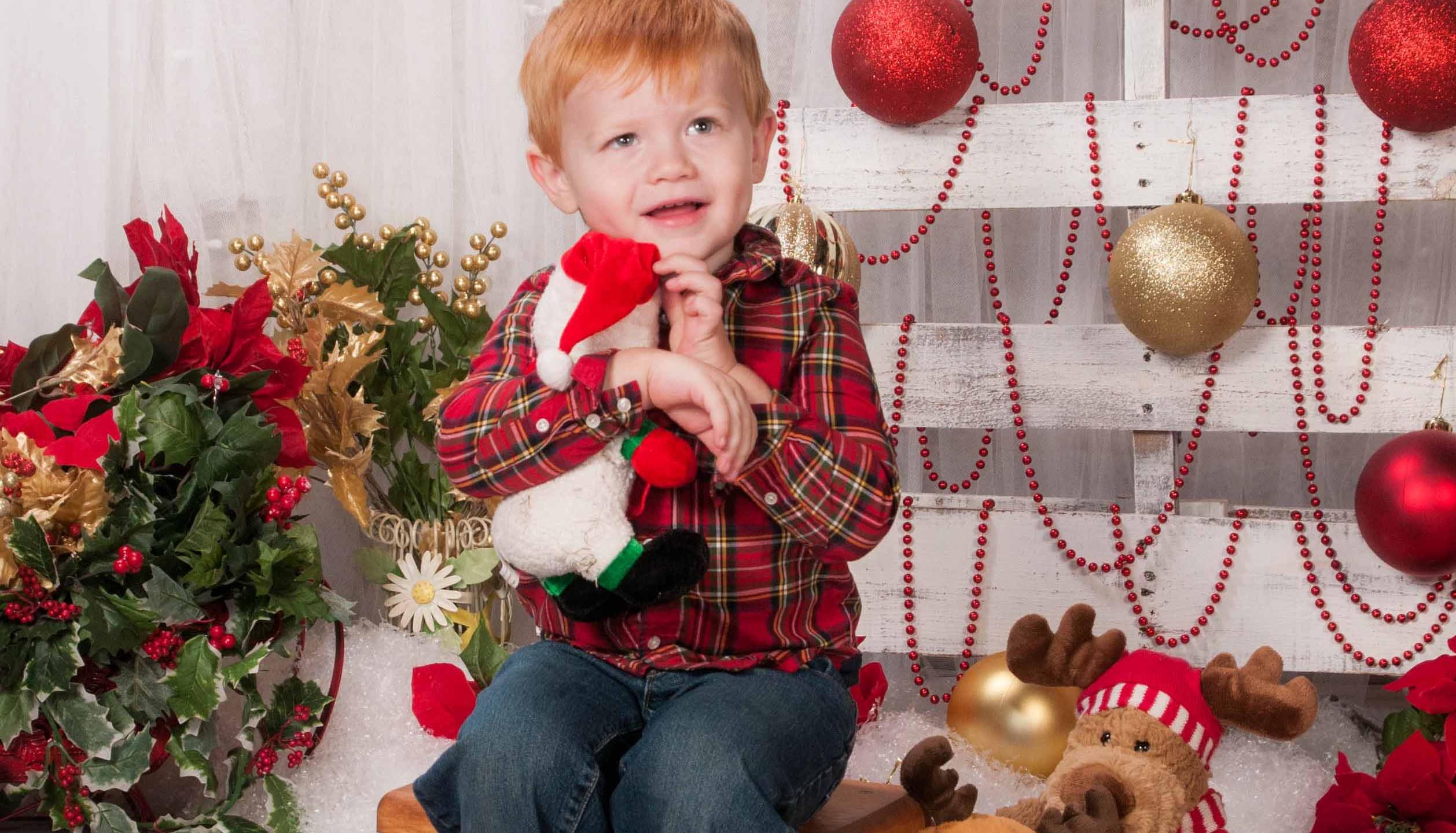 cutest childrens chrismtas photos, adorable holdiay poses, on-site photography buckeye, az