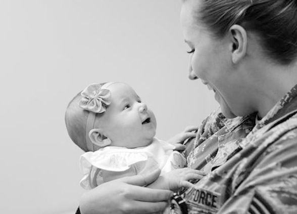 bébé parle, communication, joie, éducation précoce, langage, enfant lésé, trisomie 21, maladie génétique, apprendre à paler