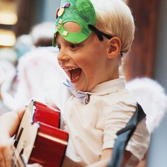 Strahlende Kinderaugen - glückliche Hoch