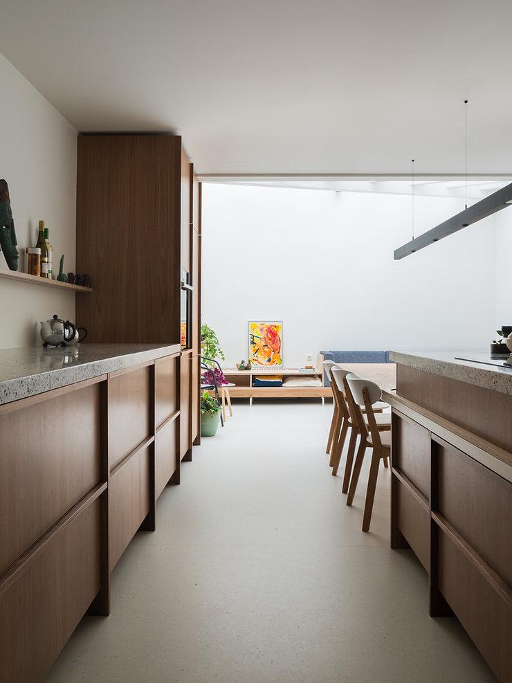 Kevin Veenhuizen Architects / vlinderdak aanbouw Amsterdam / keuken notenhout