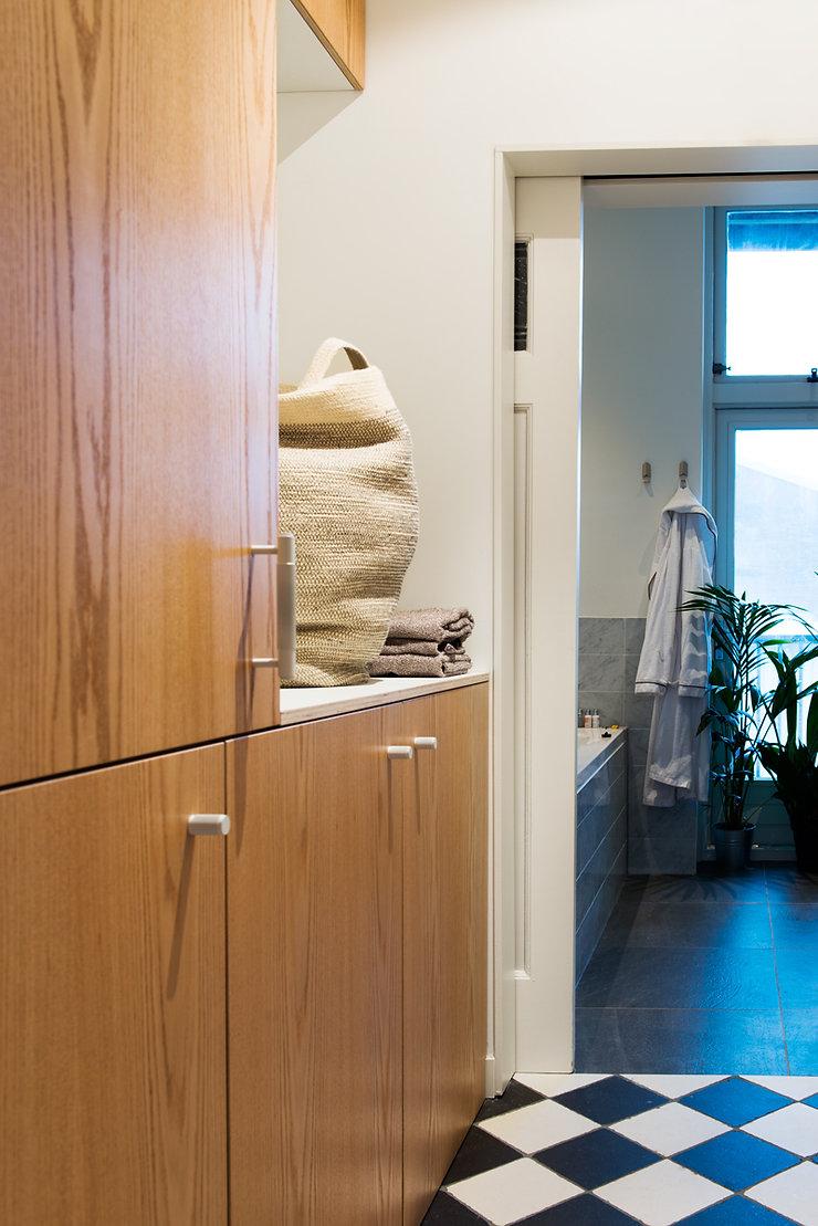Kevin Veenhuizen Architects / verbouwing appartement Amsterdam / bijkeuken in eikenhout