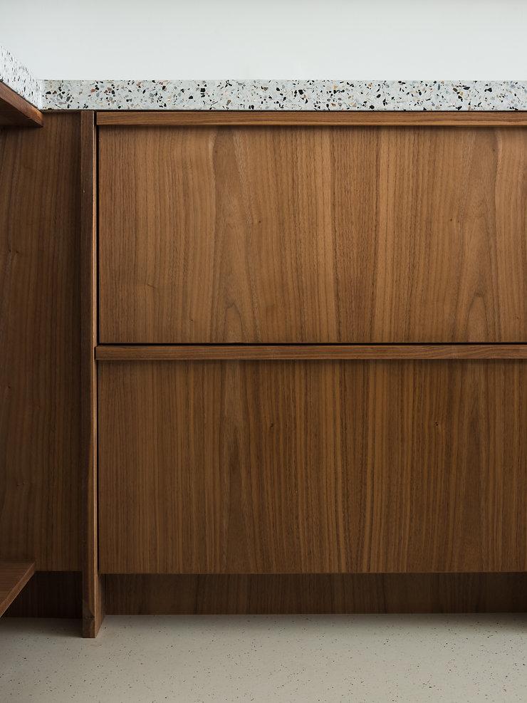 Kevin Veenhuizen Architects / vlinderdak aanbouw Amsterdam / keuken notenhout terazzo