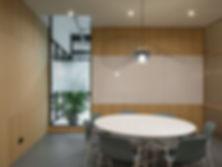 Kevin Veenhuizen Architects / M3 Consultancy / bespreekruimte met geïntegreerd whiteboard