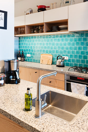 Kevin Veenhuizen Architects / verbouwing appartement Amsterdam / keuken met terazzo blad