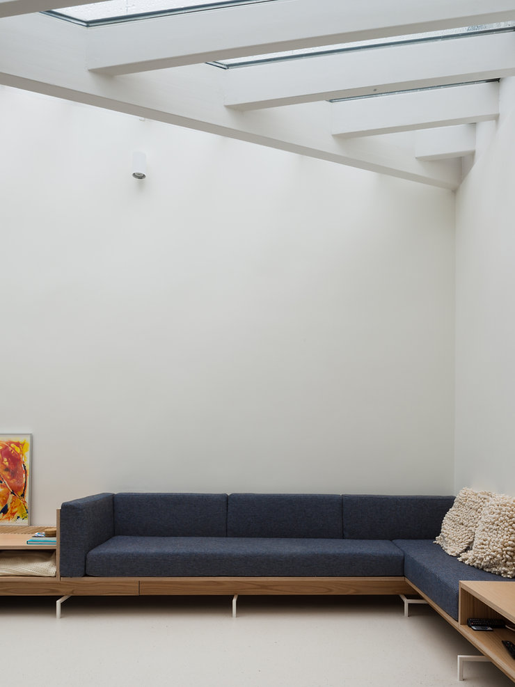 Kevin Veenhuizen Architects / vlinderdak aanbouw Amsterdam / glasdak en loungebank op maat