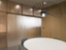 Kevin Veenhuizen Architects / M3 Consultancy / bespreekruimte met strokengordijn