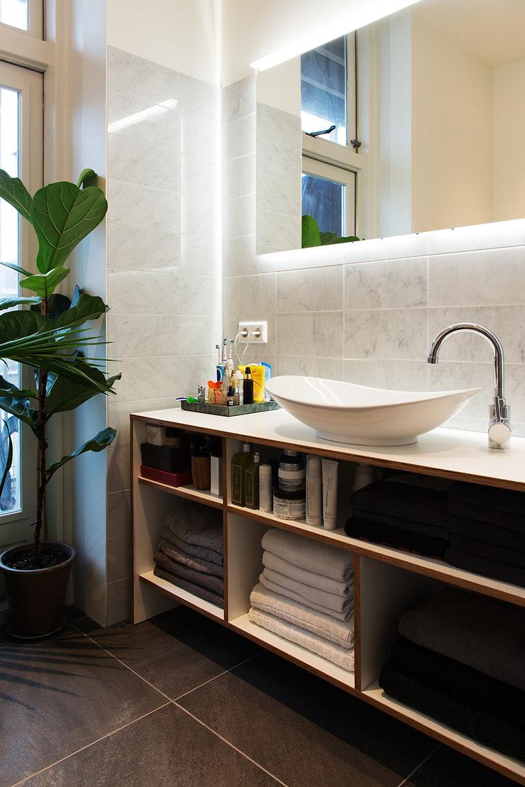 Kevin Veenhuizen Architects / verbouwing appartement Amsterdam / badkamermeubel op maat