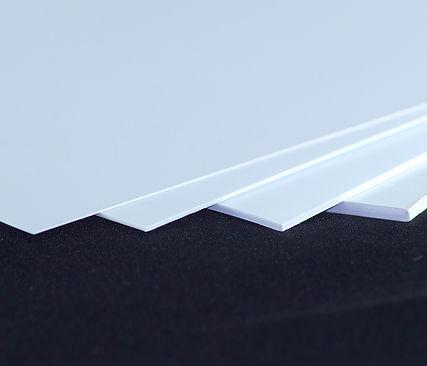 resistencia al agua y a diversos químicos, por lo que es una muy buena opción para diversas aplicaciones comerciales e industriales generalizadas, tales como señalización, la industria del automóvil, la construcción, la vivienda, laminación, envases industriales y agrícolas.