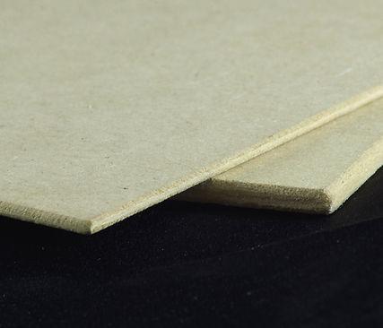 Presenta un color uniforme y a diferencia de la madera no tiene beta, lo que en parte facilita el trabajo con este tipo de tableros.