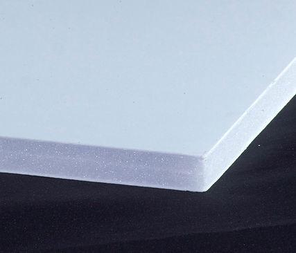 La placa Gatorplast es ideal para pantallas pintadas o serigrafiadas, montaje de fotos y señalización. Este acabado mate es perfecto para la impresión de pantalla de alta calidad con cualquier acabado de plano a brillante. Tanto las letras cortadas a forma como las letras de vinilo se pueden aplicar a Gatorplast, luego se pueden quitar o volver a colocar sin dañar la resistente superficie de plástico de esta placa de artes gráficas. Gatorplast se puede cortar con facilidad en una variedad de formas, incluyendo una sierra de mesa, una navaja de afeitar o una guillotina. Se pueden agregar formas y contornos detallados con un enrutador.