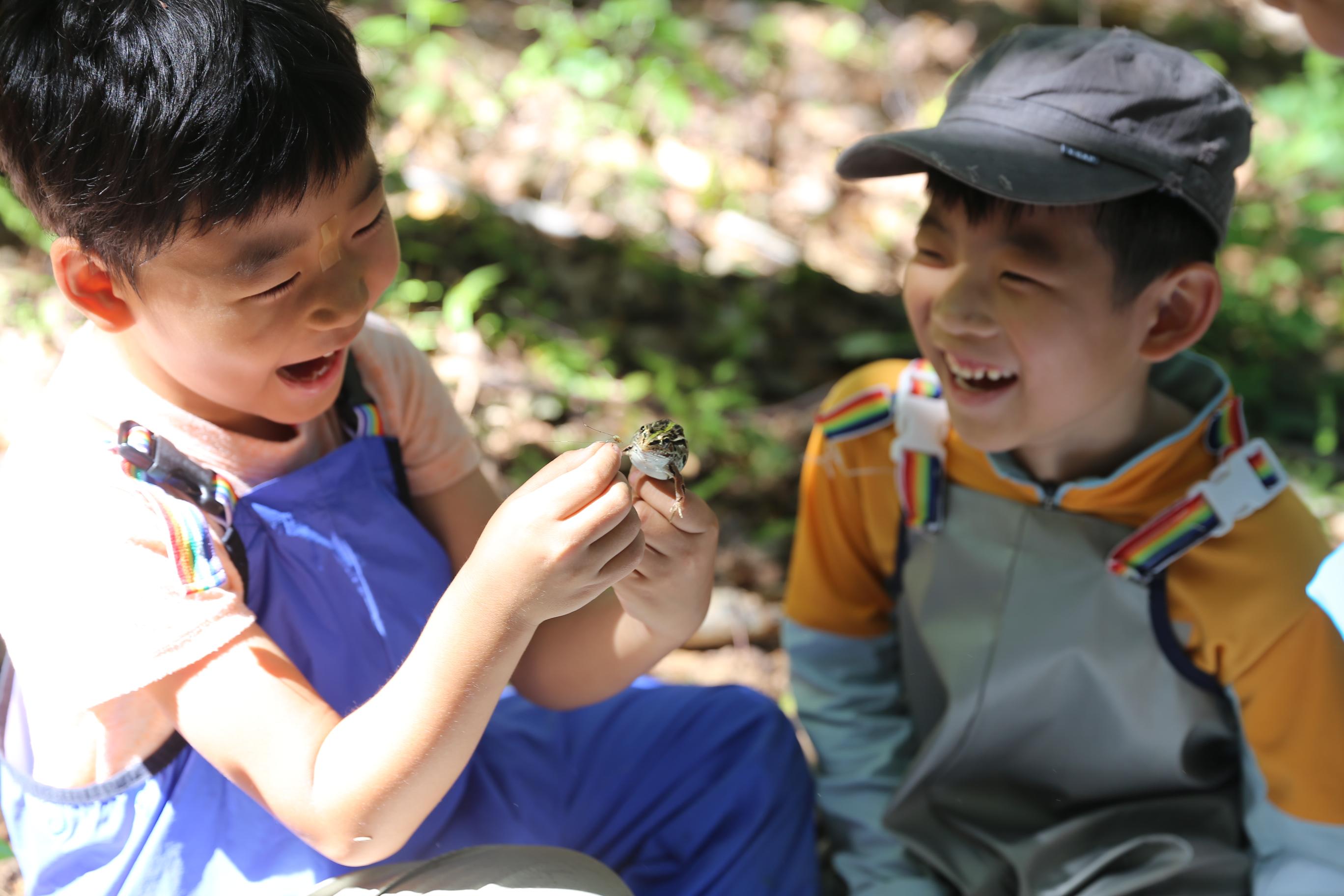 자연과 함께해서 행복한 아이들