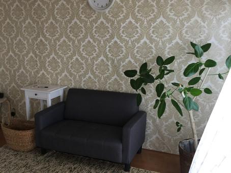 岡崎の治療室の壁紙を張替えました