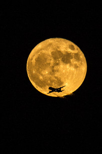 Supermoon and airplane 4O4A1003Rcolor.jpg