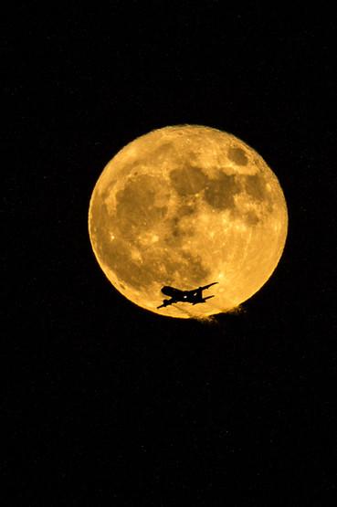 Supermoon and airplane 4O4A1003Rcolor.jpg