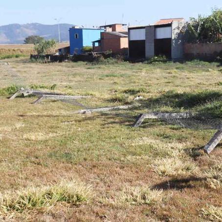 Prefeitura fecha campos e deixa de dar manutenção para impedir jogos e aglomeração