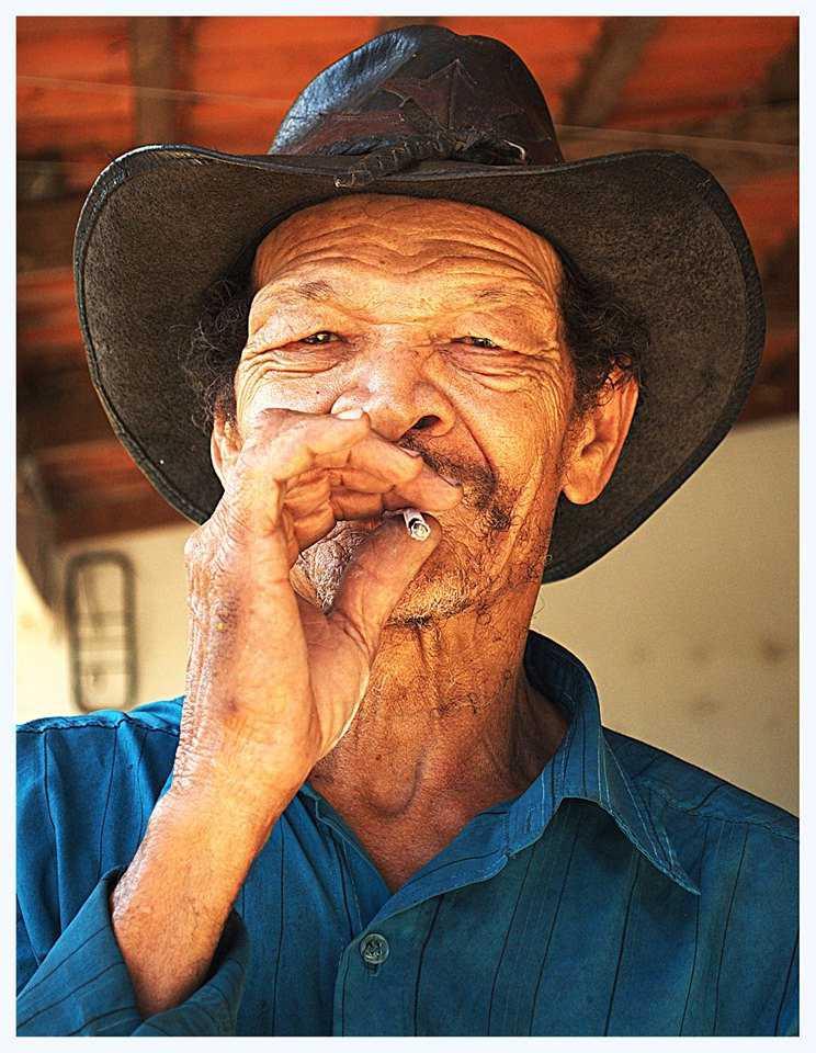 Luiz Cavalcanti fumando seu cigarro de palha - Minas, Pouso Alegre