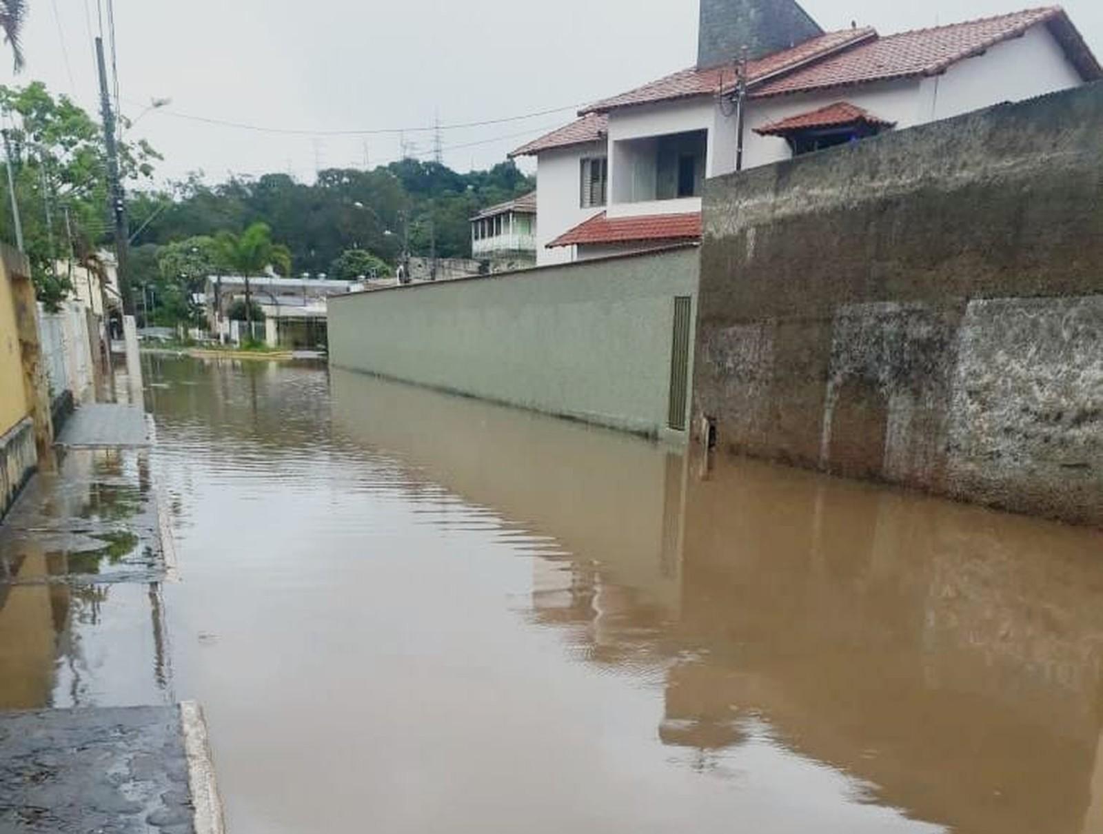 Ribeirão transborda em Itajubá