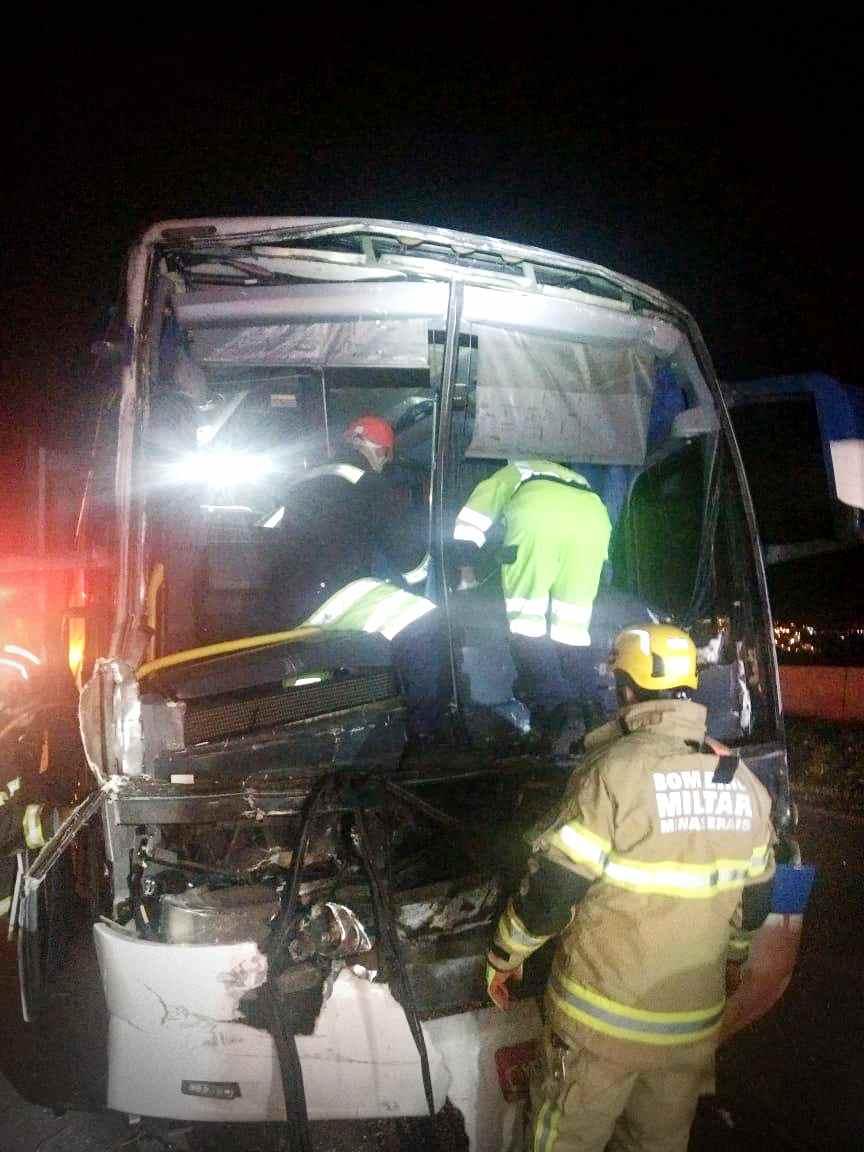 Motorista do ônibus é resgatado
