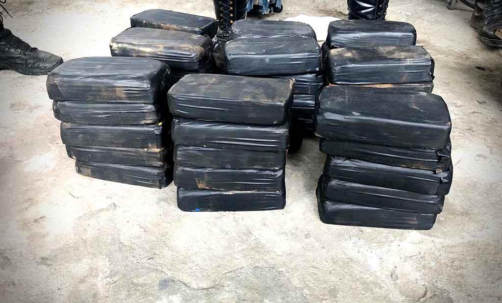 PM apreende 55 pacotes de cocaína