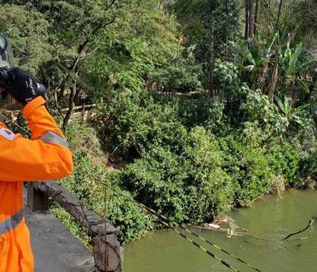 Motorista tem mal súbito e morre ao cair com caminhão no Rio Sapucaí, em Itajubá