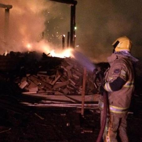Bombeiros combatem incêndio em madeireira de Congonhal