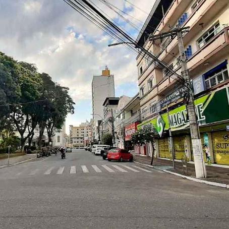 Retomada de parte do comércio tem ruas vazias e baixo movimento em Pouso Alegre
