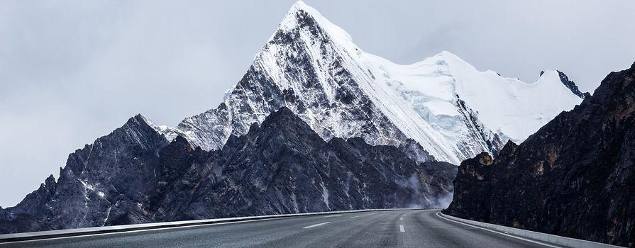 雪山と道路