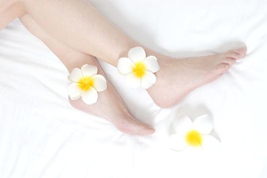 白い花と足