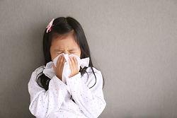アレルギーでくしゃみをするこども