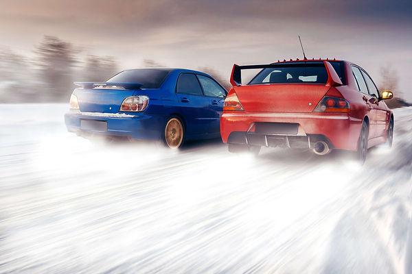 雪上の走る二台の車