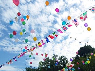 万国旗と空と風船