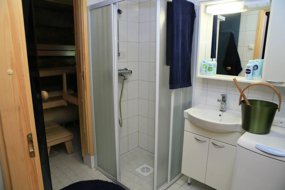 Shower with sauna  log cabin Lapland