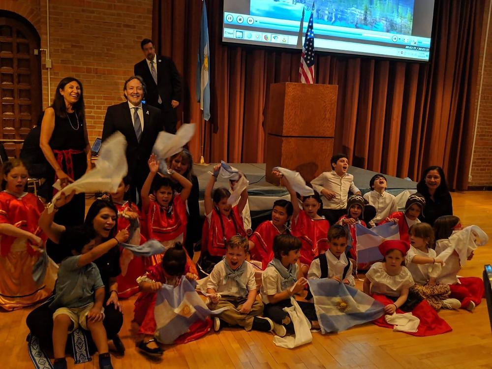 Los alumnos, maestras y directora junto a Gabriel Volpi, Cónsul de la República Argentina en Houston