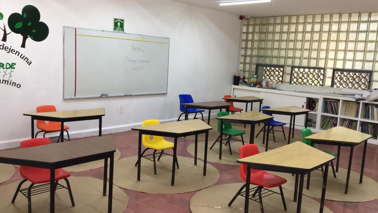 Arreglo de salones con espacios reglamentarios