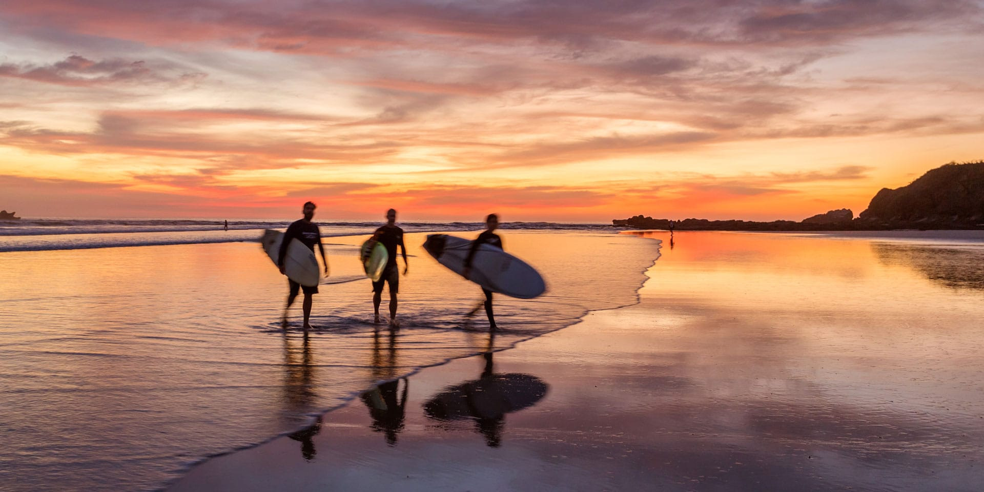 Costa-Rica_surfers-GettyImages-578363125