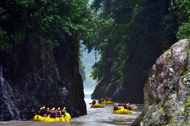 white-water-rafting-at-rio-pacuare-10.jp