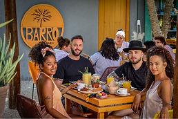 Personas comiendo en el restaurante Barro