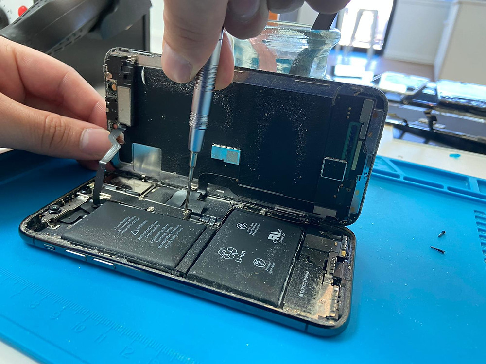 izeek repair technician fixing an iPhone x screen