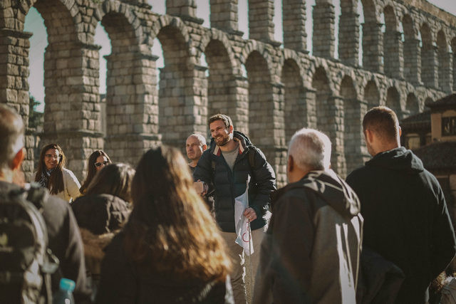 El famoso acueducto de Segovia en una excursión de un día desde Madrid