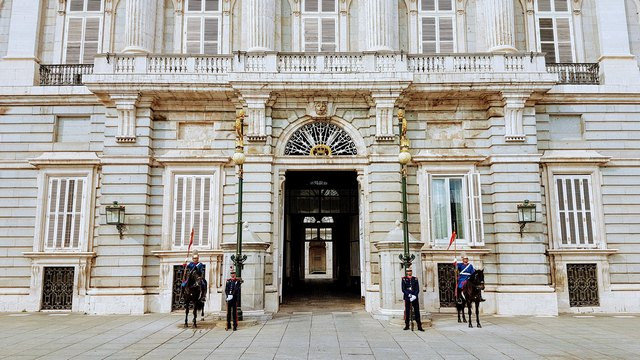 Guards-Entrance-Palace.jpg