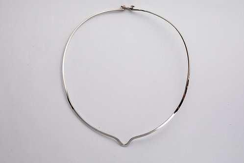 Round silver neck ring with notch and clasp