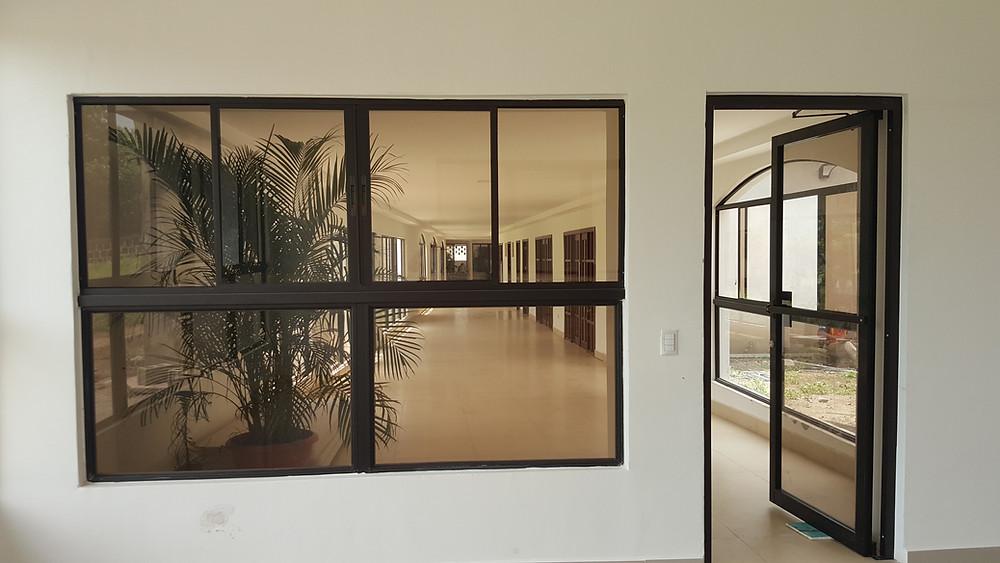 Ventana y Puerta fabricada con Perfiles de aluminio Anodizado bronce y Vidrio color Bronce.
