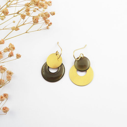 Asymmetrical earrings discs in raw brass cold enamelled by hand by FOUGÈRE in Br