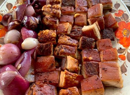 Barriga de porco crocante com cebolas