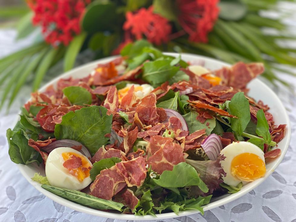 Salada de Folhas com Chips de Presunto Cru Crocante