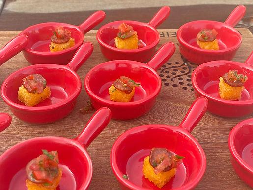 Crostini de Polenta com Linguiça e Salsa de Tomate