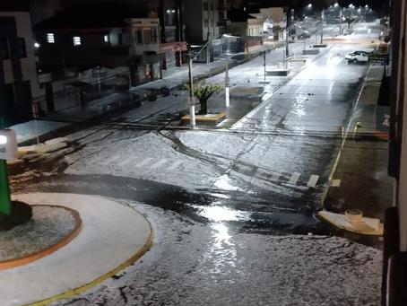 Chuva de granizo deixa cerca de 300 casas danificadas em Getúlio Vargas