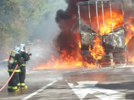 Incêndio destrói carreta na BR-153, entre Erechim e Concórdia