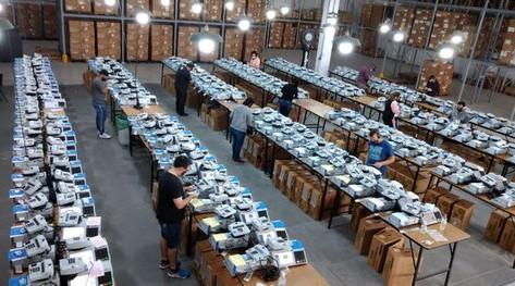Justiça Eleitoral inicia processo de carga das urnas em todo o RS