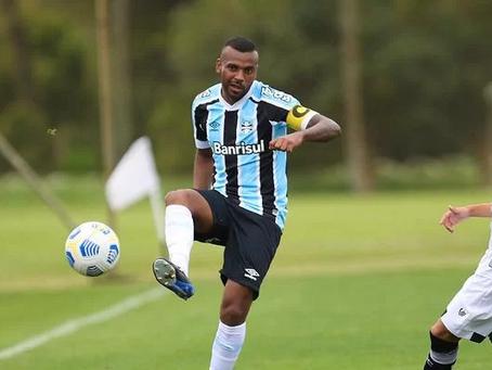 """Léo Gomes comemora retorno aos gramados pelo Grêmio: """"Dois anos de sofrimento"""""""